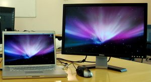 Andrew na Flickr pokazuje swój setup z pulpitem rozszerzonym. Prawy ekran della wyświetla zupełnie inny obraz (mimo tej samej tapety), a to daje naprawdę spore możliwości. Źródło: https://www.flickr.com/photos/nez/