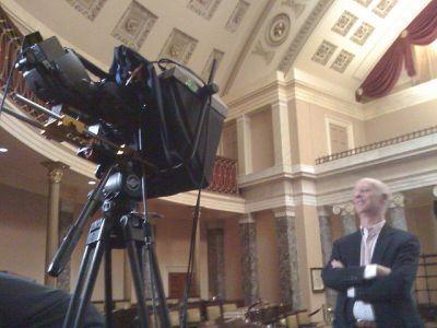 Prezenter przed kamerą z prompterem (źródło: Flickr/deejayqueue)