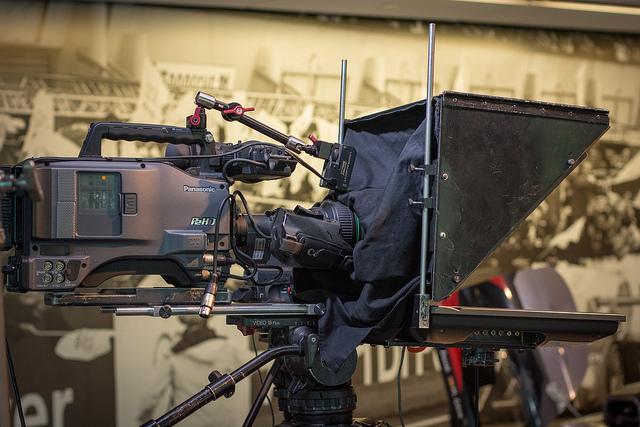 Prompter osadzony na kamerze (źródło: Flickr/deejayqueue)